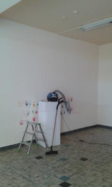 Leiter, Staubsauger im renovierungsbedürftigen Raum