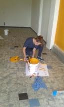 Studentin beim Farbe mischen