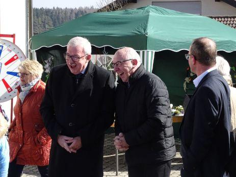 Bürgermeister Domberg und Ortsvorsteher Weber auf dem Wochenmarkt