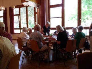 Gemeinsames Mittagessen am Mittelrain