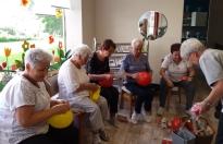 Senioren-Gymnastik Aufpumpen der Bälle