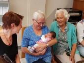 Silvia Launer mit Baby Sophie, Eveline und Rosa