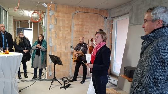 Petra Mack (Geschäftsbereichsleiterin der Nikolauspflege) begrüßt die Gäste